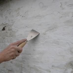 Afsteken van de oude losse kaleilagen.