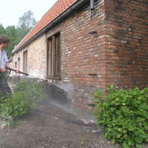 Reinigen ondergrond met hogedruk reiniger.