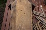 4/ Boor langs de achterzijde 4 gaten in het nestkastje.