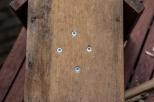 5/ Deze dienen voor de vijzen waarmee je de houten tak vast schroeft.