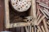 8/ Gebruik de leem als vulling in het nestkastje om de bamboestokjes in vast te zetten.