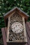 11/ Als de leem wat begint uit te harden prik je er nog enkel gaatjes in. Dit is voor insecten die eerder in zanderige omgeving vertoeven.
